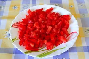 tagliate i pomodori a cubetti