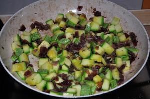 saltate le zucchine in padella con lo speck e il timo