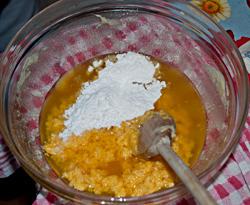 Unite i tuorli e lo zucchero a velo