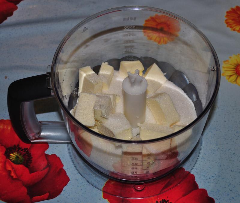 mettete burro e zucchero nel mixer