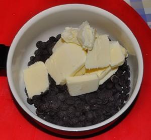Sciogliete insieme il burro e il cioccolato fondente