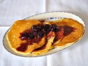 Pancake con salsa ai mirtilli e sciroppo d'acero