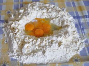 unisci lo zucchero e le uova