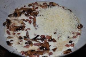 Unite la panna e il parmigiano grattugiato