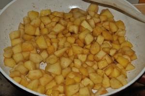 cuocete le mele con lo zucchero e la cannella