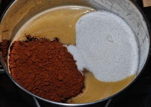 Unite il cacao e lo zucchero