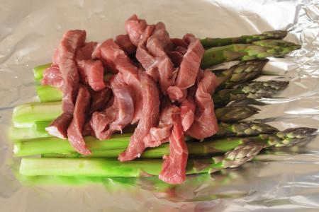Adagiate la carne sugli asparagi
